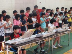 粥見小学校5・6年生による激励演奏