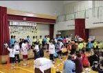 文化祭で舞台発表をする小学部児童