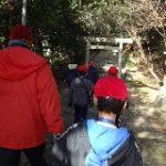 神社への石段をみんなで登りました